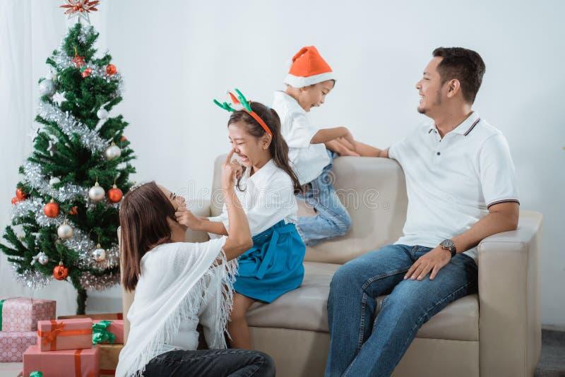 Ασιατική οικογένεια που απολαμβάνει τη ημέρα των Χριστουγέννων από κοινού στοκ εικόνες