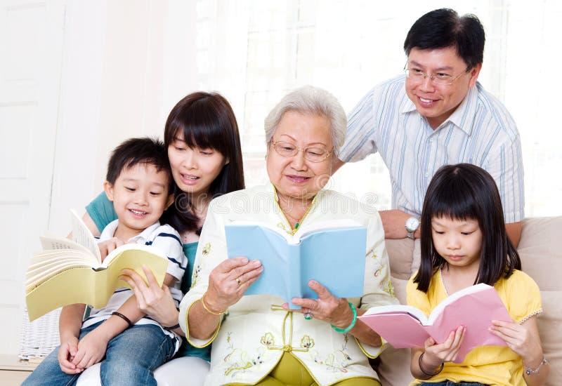 Ασιατική οικογενειακή ανάγνωση στοκ εικόνα