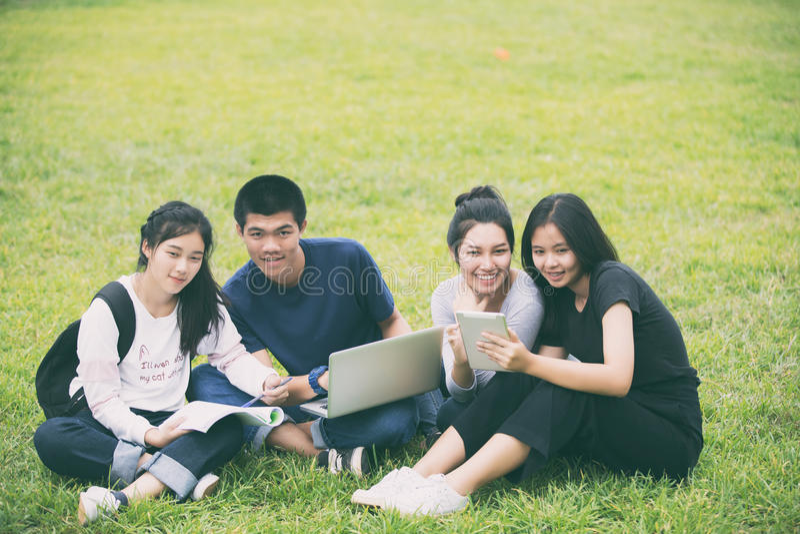 Ασιατική ομάδα σπουδαστών που μοιράζονται με τις ιδέες για την εργασία στο θόριο στοκ φωτογραφίες με δικαίωμα ελεύθερης χρήσης