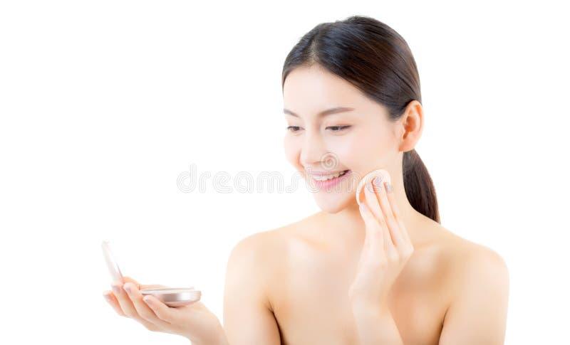 Ασιατική ομορφιά γυναικών που εφαρμόζει τη ριπή σκονών στο μάγουλο, καλλυντικά όμορφα στοκ φωτογραφίες