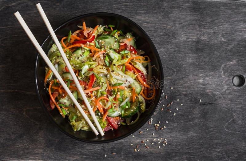 Ασιατική παστωμένη ύφος σαλάτα λαχανικών στο σκοτεινό υπόβαθρο στοκ εικόνα με δικαίωμα ελεύθερης χρήσης