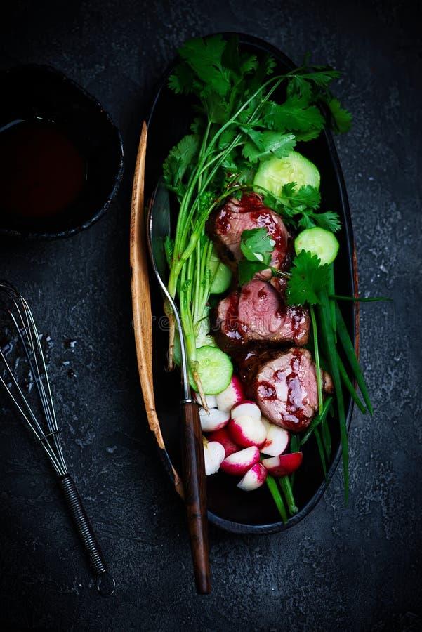 Ασιατική σαλάτα χοιρινού κρέατος σχαρών με τη σάλτσα ριβησίων στοκ εικόνες