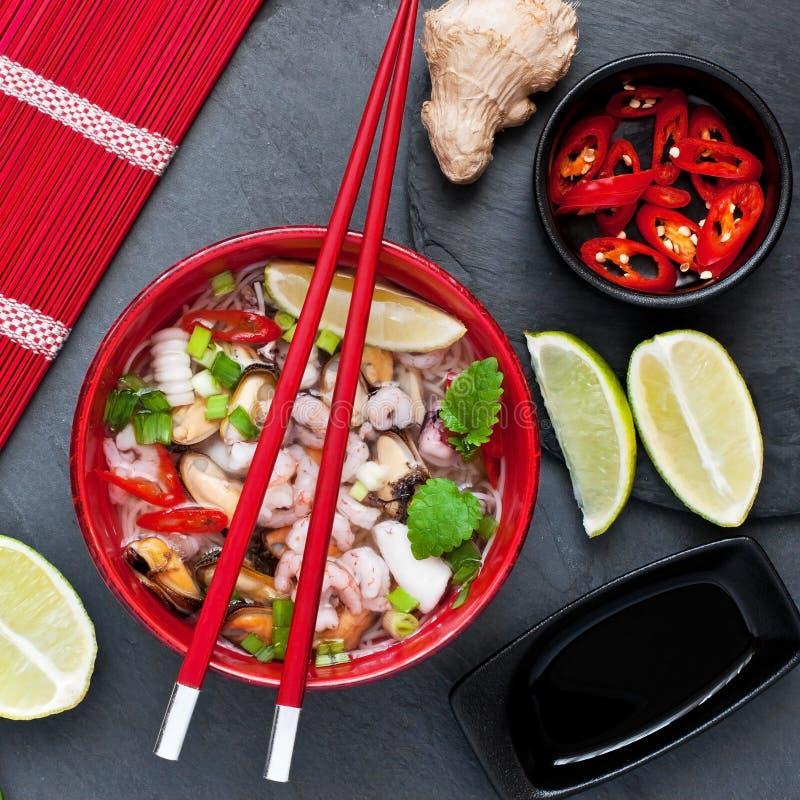 Ασιατική σούπα με τα νουντλς στοκ εικόνα