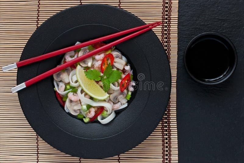 Ασιατική σούπα με τα νουντλς στοκ φωτογραφία
