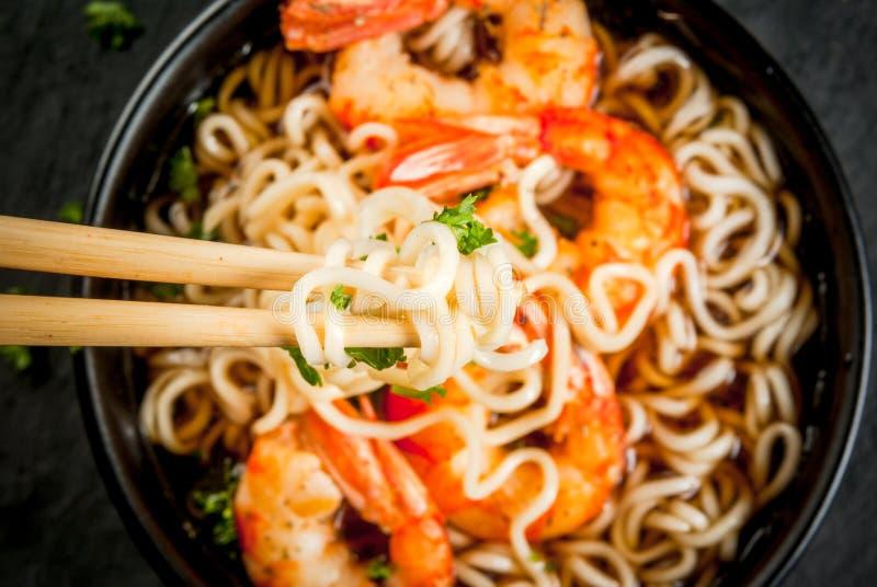 Ασιατική σούπα με τα νουντλς και τις γαρίδες γαρίδων στοκ εικόνες με δικαίωμα ελεύθερης χρήσης