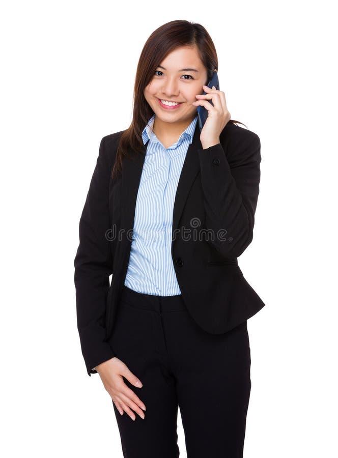 Ασιατική συζήτηση επιχειρηματιών στο κινητό τηλέφωνο στοκ φωτογραφία με δικαίωμα ελεύθερης χρήσης