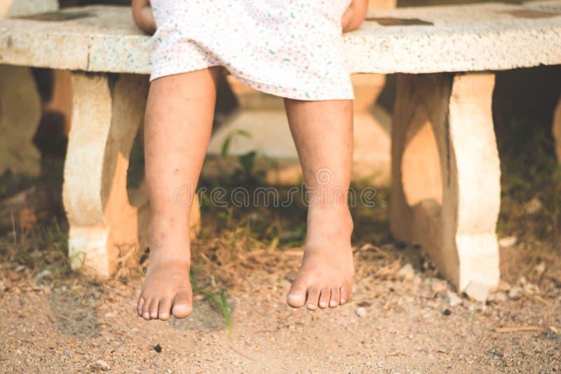 Ασιατική συνεδρίαση κοριτσιών πέρα από το μαρμάρινο πάγκο στοκ εικόνες