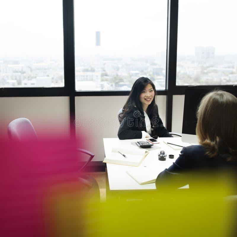 Ασιατική συνεδρίαση των επιχειρησιακών γυναικών με τους συναδέλφους στοκ εικόνα με δικαίωμα ελεύθερης χρήσης