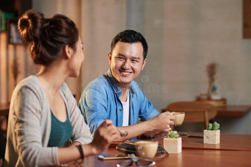 Ασιατική συνεδρίαση του ζεύγους στον καφέ στοκ φωτογραφία
