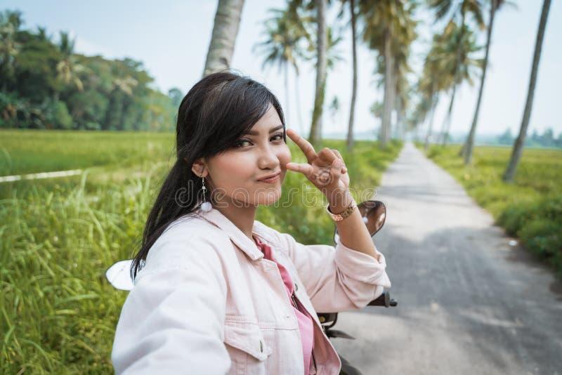 Ασιατική τοποθέτηση γυναικών Selfie στη κάμερα υπαίθρια στοκ φωτογραφίες