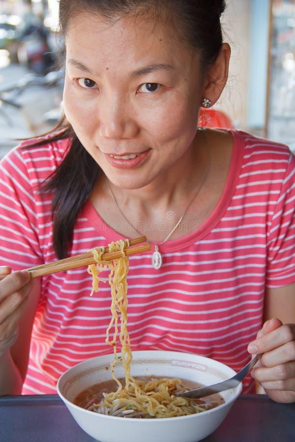 ασιατική τρώγοντας γυναίκα στοκ φωτογραφία