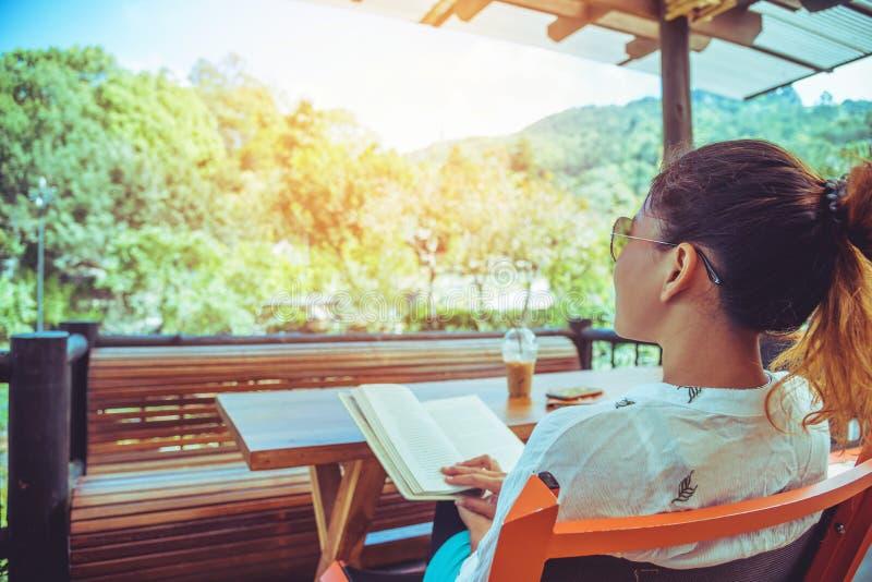 Ασιατική φύση ταξιδιού γυναικών Το ταξίδι χαλαρώνει διαβάστε τα βιβλία και πιείτε τον καφέ Στη καφετερία στοκ φωτογραφίες με δικαίωμα ελεύθερης χρήσης