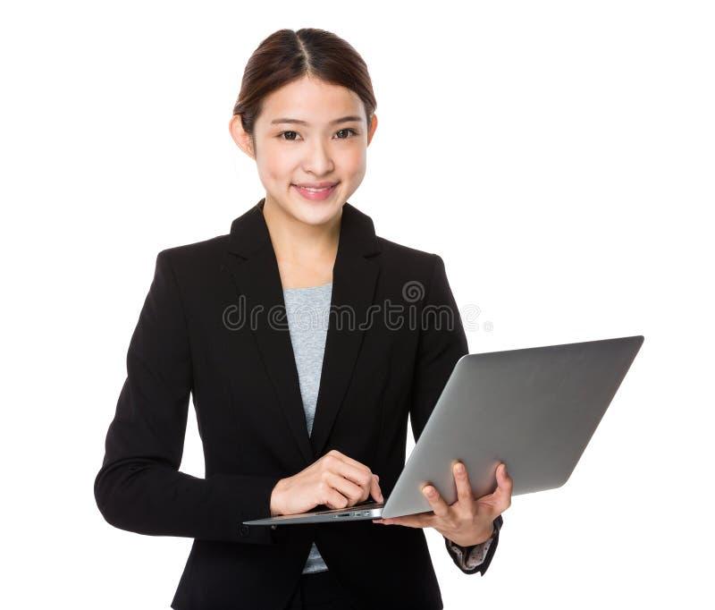 Ασιατική χρήση επιχειρηματιών του PC lap-top στοκ εικόνες
