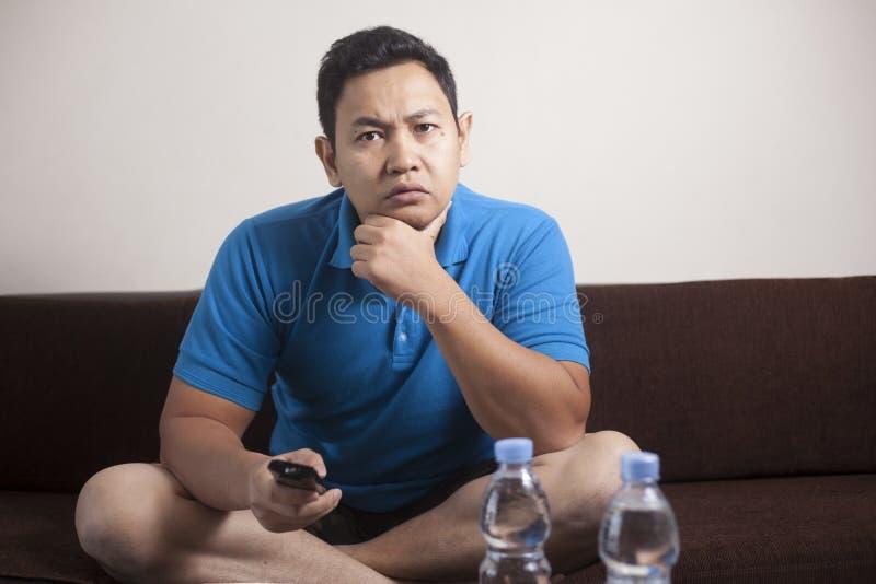 Ασιατική TV ρολογιών ατόμων στοκ φωτογραφία με δικαίωμα ελεύθερης χρήσης
