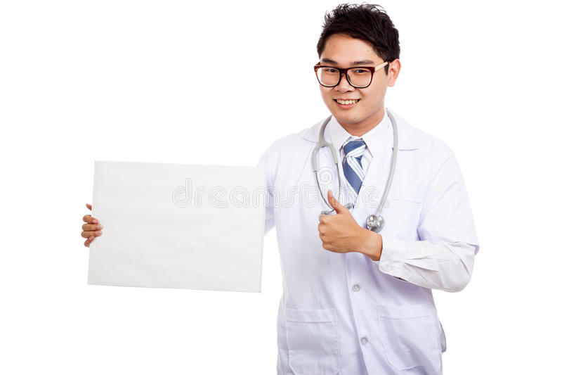 Ασιατικοί αρσενικοί αντίχειρες γιατρών επάνω με το κενό σημάδι στοκ φωτογραφίες