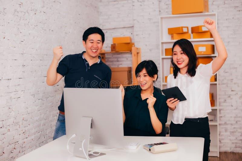 Ασιατικοί επιχειρηματίας και επιχειρησιακές γυναίκες που γιορτάζουν την επιτυχία στην αρχή στοκ εικόνα με δικαίωμα ελεύθερης χρήσης