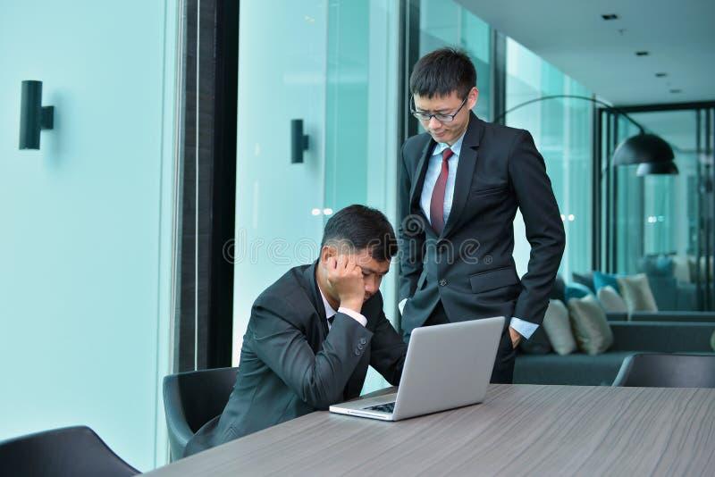 Ασιατικοί επιχειρηματίες που έχουν την εργασία προβλήματος, που κατηγορεί στο γραφείο στοκ φωτογραφίες με δικαίωμα ελεύθερης χρήσης