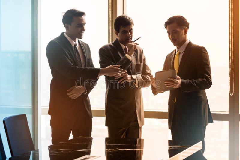 Ασιατικοί επιχειρηματίες που έχουν τη συνομιλία στη αίθουσα συνδιαλέξεων στοκ φωτογραφία