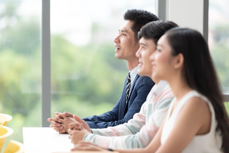 Ασιατικοί επιχειρηματίες σε μια συνεδρίαση στοκ εικόνα