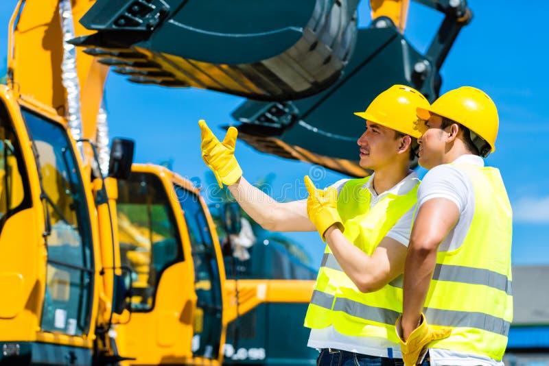 Ασιατικοί εργαζόμενοι στο εργοτάξιο οικοδομής στοκ εικόνα με δικαίωμα ελεύθερης χρήσης