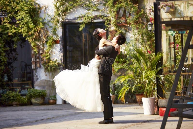 ασιατικοί νύφη και νεόνυμφος στοκ εικόνες