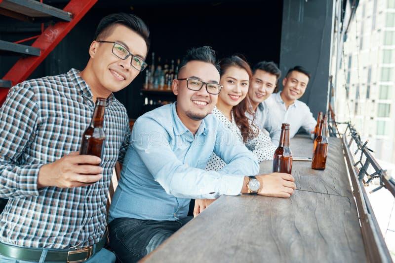 Ασιατικοί φίλοι με την μπύρα στο μετρητή φραγμών στοκ φωτογραφία με δικαίωμα ελεύθερης χρήσης