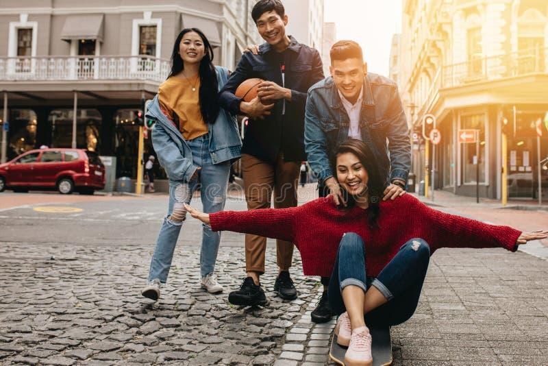 Ασιατικοί φίλοι που έχουν το μεγάλο χρόνο στην πόλη στοκ εικόνες