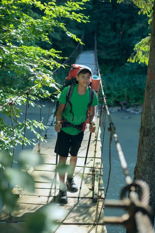 Ασιατικός έφηβος στη γέφυρα αναστολής στοκ φωτογραφία