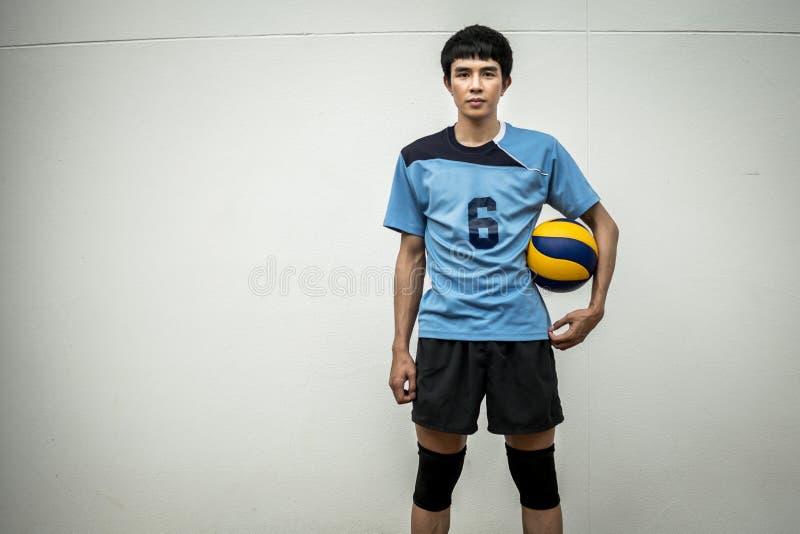 Ασιατικός αθλητής πετοσφαίρισης με τη σφαίρα στοκ εικόνες