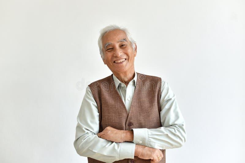 Ασιατικός ανώτερος ηληκιωμένος, βέβαιοι και χαμογελώντας ηλικιωμένοι άνθρωποι με τη διπλωμένη χειρονομία όπλων στοκ εικόνα με δικαίωμα ελεύθερης χρήσης