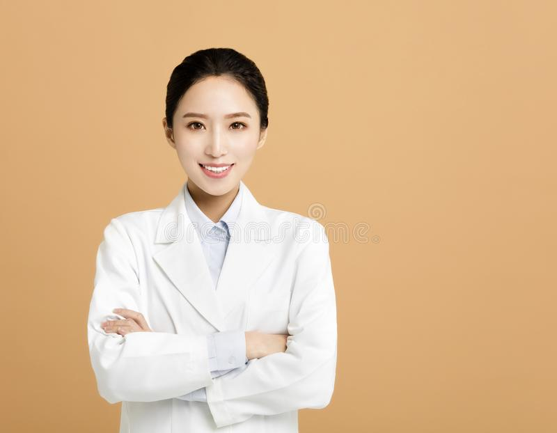 ασιατικός γιατρός φαρμακοποιών γυναικών που απομονώνεται στοκ εικόνες