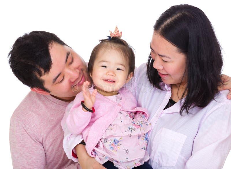Ασιατικός γονέας που εξετάζει την κόρη μωρών στοκ φωτογραφία