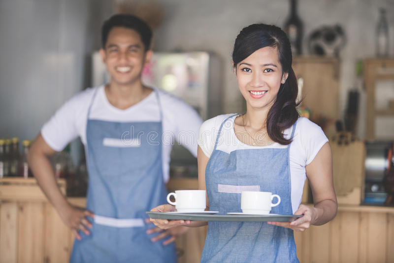 Ασιατικός εξυπηρετώντας καφές σερβιτορών στοκ εικόνες