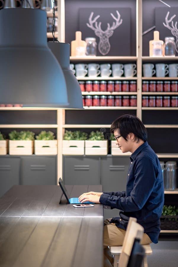 Ασιατικός επιχειρηματίας που χρησιμοποιεί την ψηφιακή ταμπλέτα στον ομο χώρο εργασίας στοκ φωτογραφία με δικαίωμα ελεύθερης χρήσης