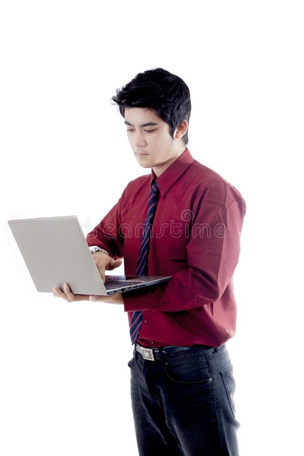 Ασιατικός επιχειρηματίας που χρησιμοποιεί το lap-top στοκ φωτογραφία με δικαίωμα ελεύθερης χρήσης