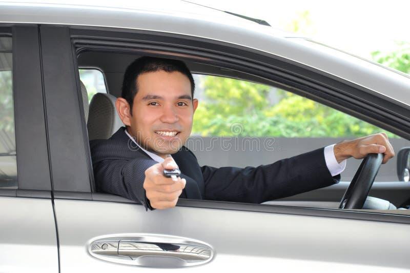 Ασιατικός επιχειρηματίας ως οδηγό που δίνει ένα κλειδί αυτοκινήτων στοκ φωτογραφία με δικαίωμα ελεύθερης χρήσης