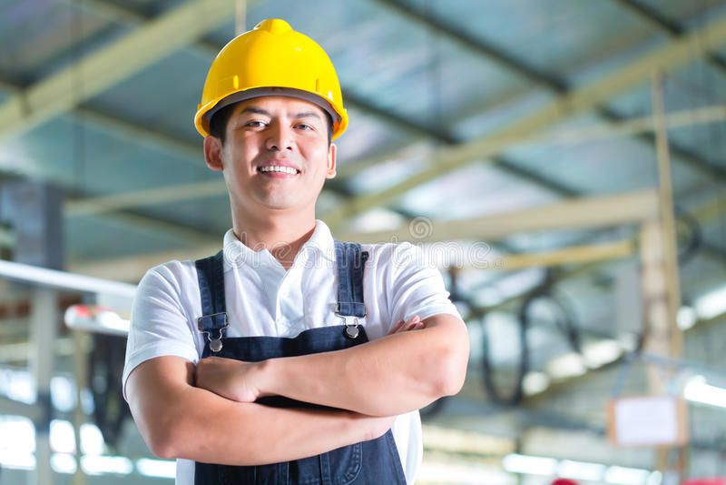 Ασιατικός εργαζόμενος σε ένα εργοστάσιο ή βιομηχανικές εγκαταστάσεις στοκ φωτογραφία με δικαίωμα ελεύθερης χρήσης