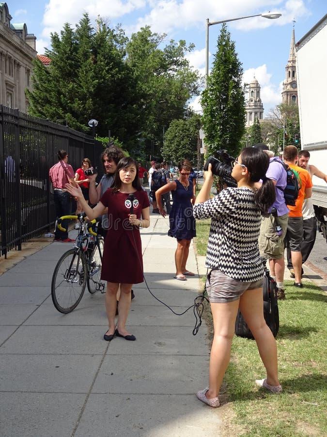 Ασιατικός δημοσιογράφος ειδήσεων στην κουβανική πρεσβεία στοκ εικόνα