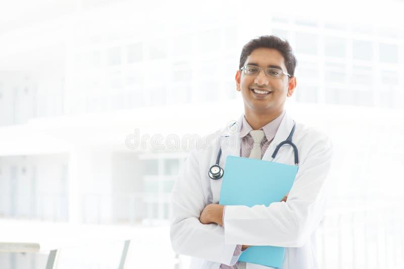 Ασιατικός ινδικός αρσενικός ιατρός στοκ εικόνα
