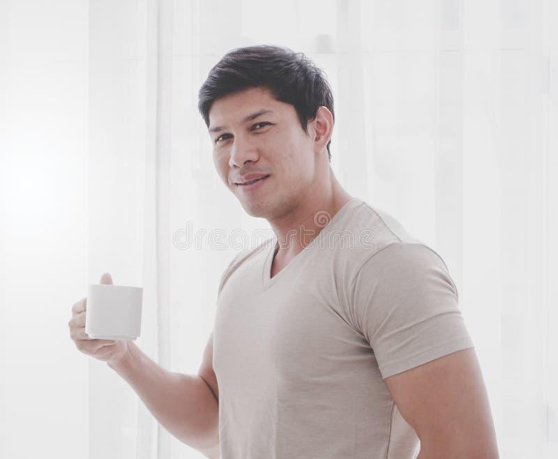 Ασιατικός ισχυρός καφές τσαγιού κατανάλωσης ατόμων από τα παράθυρα πρωινού στοκ εικόνα με δικαίωμα ελεύθερης χρήσης