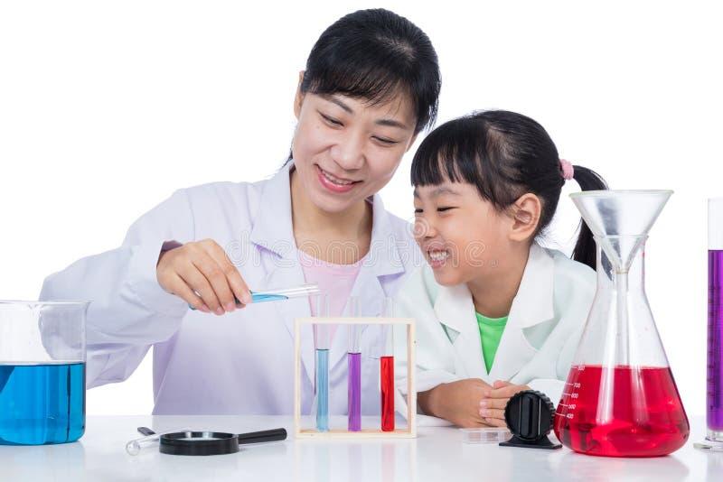 Ασιατικός κινεζικός δάσκαλος και λίγο κορίτσι σπουδαστών που εργάζονται με τη δοκιμή στοκ φωτογραφίες με δικαίωμα ελεύθερης χρήσης
