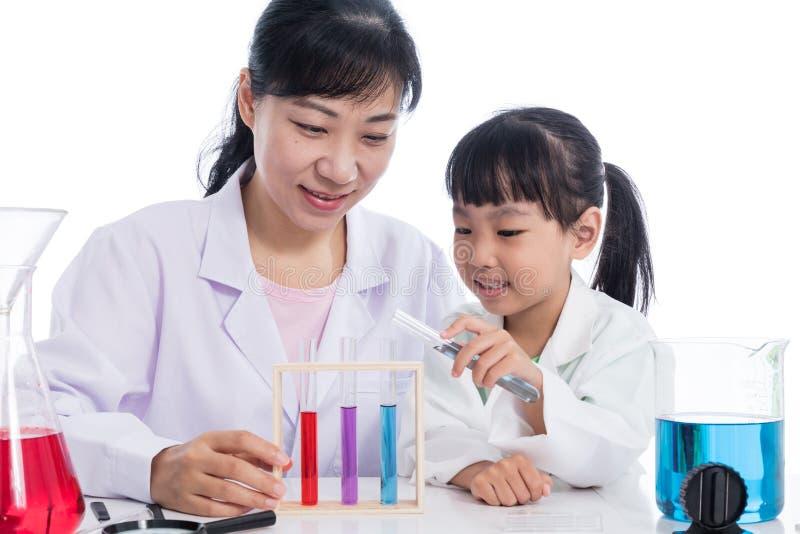 Ασιατικός κινεζικός δάσκαλος και λίγο κορίτσι σπουδαστών που εργάζονται με τη δοκιμή στοκ φωτογραφία με δικαίωμα ελεύθερης χρήσης