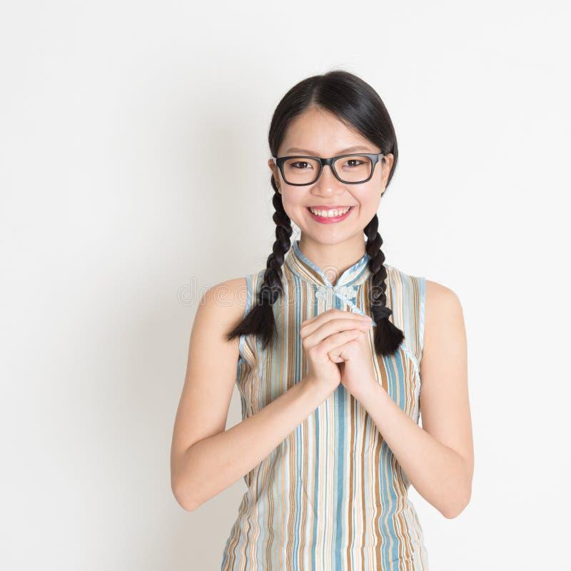 Ασιατικός κινεζικός χαιρετισμός κοριτσιών στοκ εικόνες