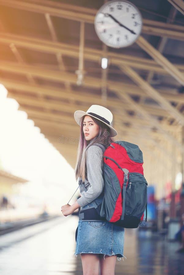 Ασιατικός νέος όμορφος ταξιδιώτης γυναικών που φαίνεται πίσω αναμονή για το φίλο στοκ φωτογραφία με δικαίωμα ελεύθερης χρήσης