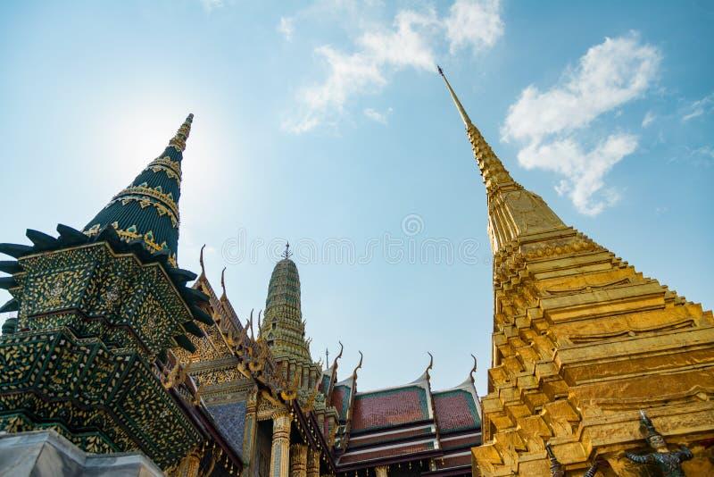 Ασιατικός ναός εκτός από το μεγάλο παλάτι - Ταϊλάνδη στοκ εικόνα