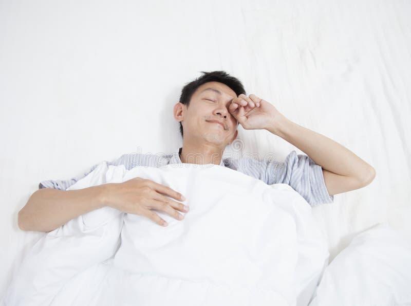 Ασιατικός νεαρός άνδρας που τεντώνει ξυπνώντας το πρωί στοκ φωτογραφία με δικαίωμα ελεύθερης χρήσης