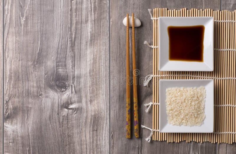 Ασιατικός πίνακας με chopsticks, τη σάλτσα ρυζιού και σόγιας στοκ φωτογραφία με δικαίωμα ελεύθερης χρήσης