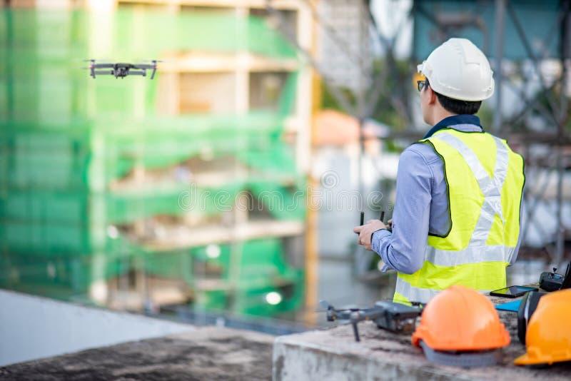 Ασιατικός πετώντας κηφήνας μηχανικών πέρα από το εργοτάξιο οικοδομής στοκ φωτογραφίες με δικαίωμα ελεύθερης χρήσης