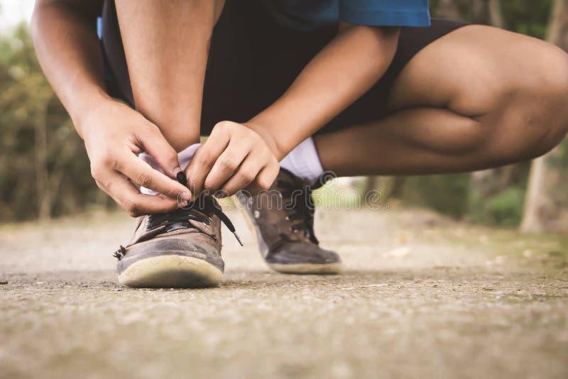 Ασιατικός σπουδαστής αγοριών που φορά τα παλαιά παπούτσια πίσω στο σχολείο στοκ φωτογραφίες με δικαίωμα ελεύθερης χρήσης