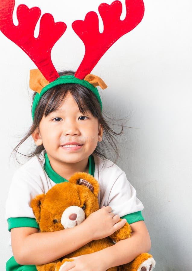 Ασιατικός τάρανδος ελαφόκερων ένδυσης κοριτσιών στοκ φωτογραφία με δικαίωμα ελεύθερης χρήσης